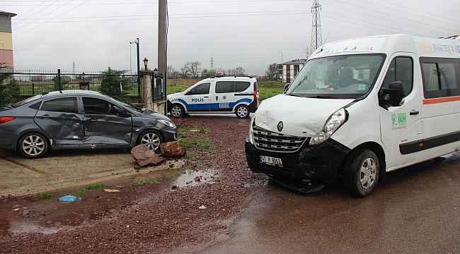 Anaokulu servisi ile otomobil çarpıştı: 1 yaralı