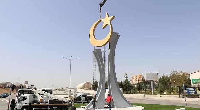 Ay yıldızlı anıt yerine yerleştirildi