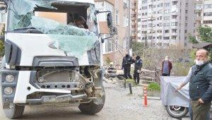 Beşiktaş'ta binaya çarpan beton mikseri vinçle kaldırıldı