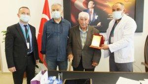 Burhaniye'de 96 yaşındaki hayırsevere plaketli teşekkür