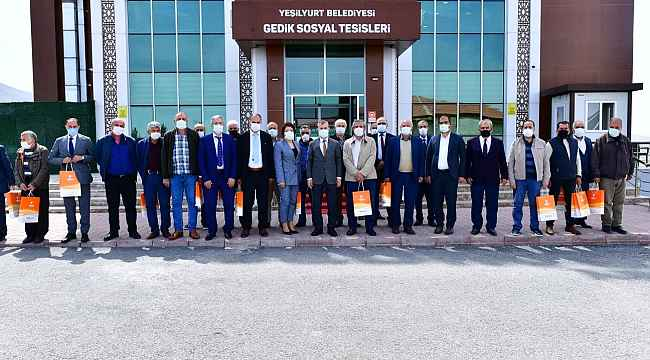 Çınar, Yeşilyurt Belediyesi'nden emekli olan personellere plaket takdim etti