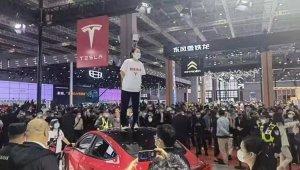 Çinli kadından Tesla protestosu: Fuarda aracın üzerine çıkıp bağırdı