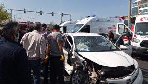 Diyarbakır'da otomobil, dönüşü yasak olan yola girdi: 5'i ağır 7 yaralı