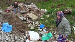 Emekli çift hem ekmeğini taştan çıkartıyor hem de doğayı temizliyor