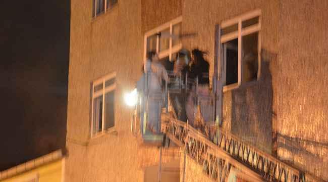 3 katlı binada korkutan yangın... Ağzında sigarayla olan biteni görüntüledi