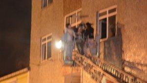 Gaziosmanpaşa'da 3 katlı binada korkutan yangın
