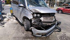 Isparta'da hafif ticari araç ile minibüs çarpıştı: 1 yaralı