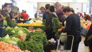 İzmir'de Ramazan öncesi pazarlarda yoğunluk
