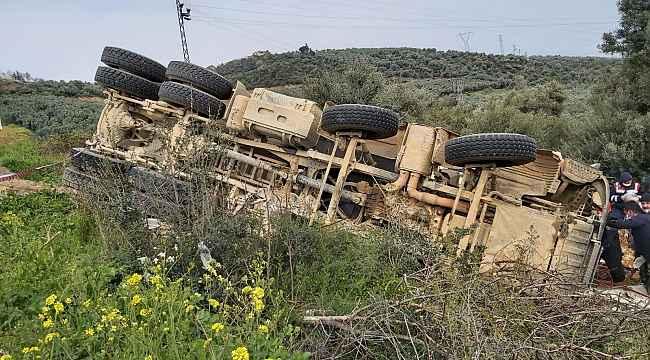 İznik-Karamürsel karayolunda hafriyat kamyonu devrildi