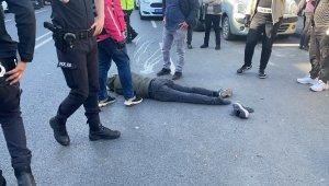 Kağıthane'de aracın çarptığı motosikletli genç ağır yaralandı.. O anlar kamerada
