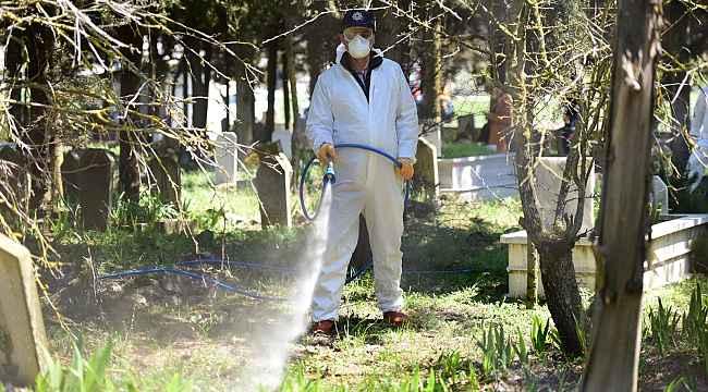 Karesi'de mezarlık ve boş arazilerdeki otlar temizlenip ilaçlanıyor