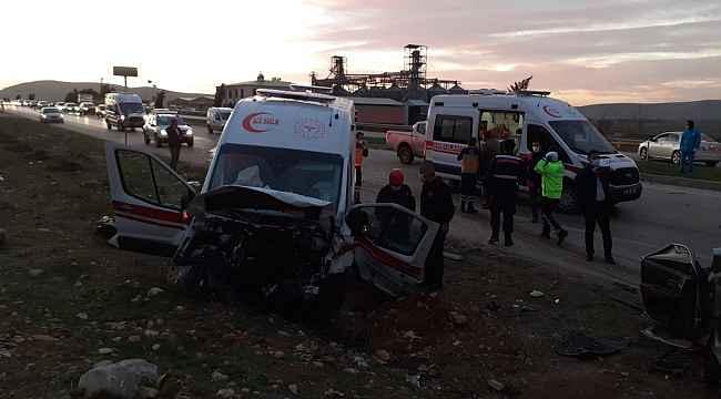 Karşı şeride geçen otomobil ile ambulans kafa kafaya çarpıştı: 3 ölü, 3 yaralı