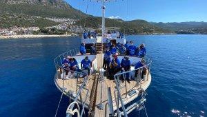 Kaş'ta otizmli çocuklar ve aileleri tekne turuyla eğlendi