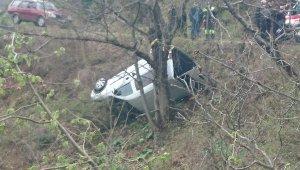 Kastamonu'da ağaca takılan araç uçuruma yuvarlanmaktan kurtuldu: 2 yaralı
