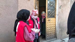 Kızılay Kadın Kolları gönüllüleri iftar öncesi pide dağıttı