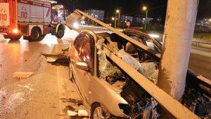 Kontrolden çıkan otomobil bariyerlere ok gibi saplandı: 2 yaralı