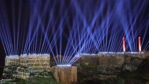 Kurtuluşun yıl dönümünde ışık ve havai fişek gösterisi Şanlıurfa semalarını süsledi