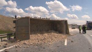 Kuzey Marmara Otoyolu'nda hafriyat kamyonu devrildi