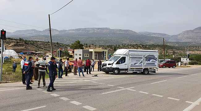 Mersin'de kamyonet ile traktör çarpıştı: 2 yaralı