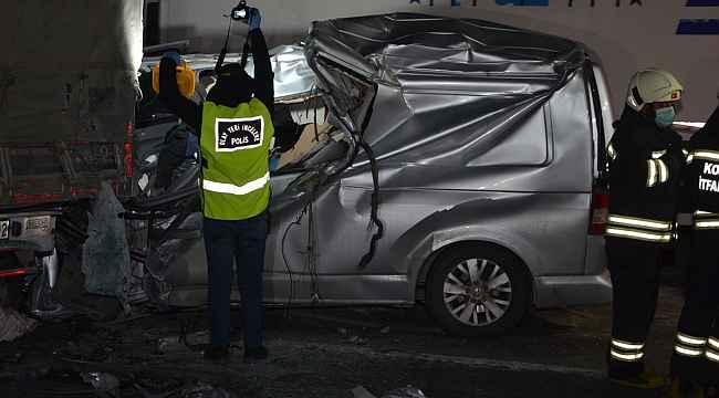 Minibüs tıra arkadan çarptı: 1 ölü