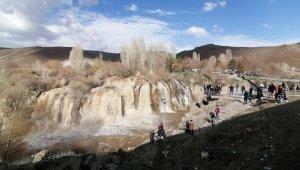 Muradiye Şelalesi baharla birlikte coştu