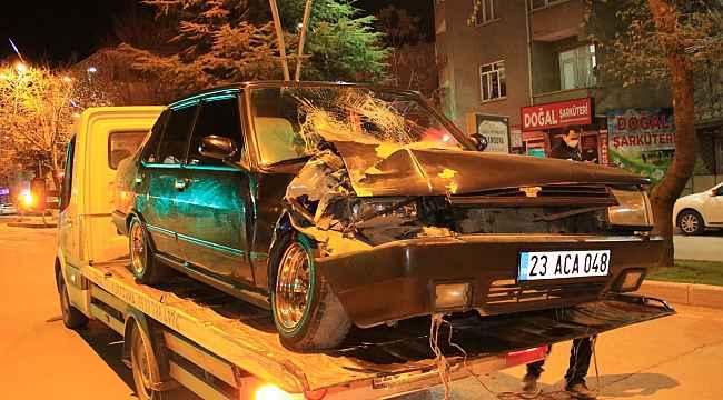 Otomobil park halindeki tıra çarptı: 4 yaralı