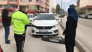 Otomobile çarptı, plakanın olduğu tamponu olay yerinde bırakıp kaçtı