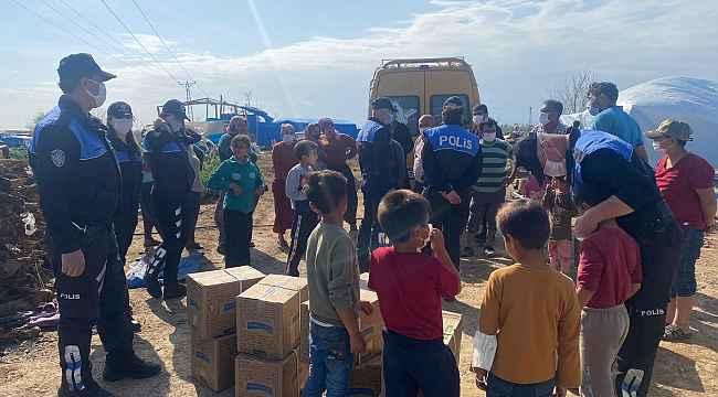 Polisten çadırda yaşayan vatandaşlara Ramazan kolisi