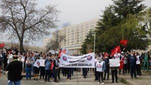 Sağlık çalışanları talepleri için rektörlüğe yürüdü