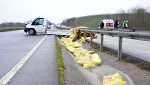 Sakarya'da kamyonet bariyerlere çarptı, gübreler yola saçıldı