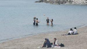 Sıcak havayı gören kendini denize attı