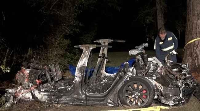 Sürücüsüz Tesla ağaca çarpıp küle döndü