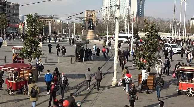 Taksim ve İstiklal Caddesi'nde insan seli