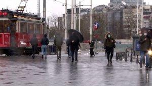 Taksim'de rüzgar ve yağmur vatandaşlara zor anlar yaşattı