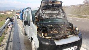 TEM'de motor kısmı yanan hafif ticari araç kullanılamaz hale geldi