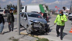Tır otomobille çarpıştı, şans eseri ölen ya da yaralanan olmadı