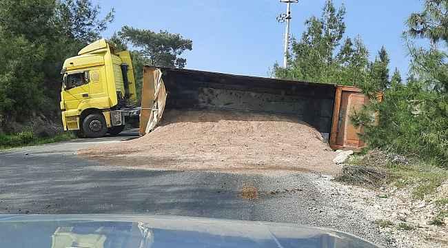 Tırın devrilen hafriyat dolu dorsesi yolu trafiğe kapadı