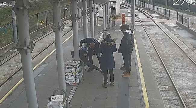 Tramvay durağında can pazarı... Kalp krizi geçiren gence özel güvenlikten müdahale