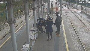 Tramvay durağında can pazarı: Kalp krizi geçiren gence özel güvenlikten kritik müdahale kamerada