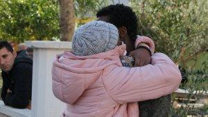 Yangın sonrası Ganalı arkadaşını sarılarak böyle teselli etti