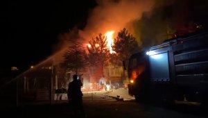 Yaşlı çift, sesleri duyunca 'hırsız geldi' zannetti: Tüfekle dışarı çıkınca evlerinin yandığını gördü