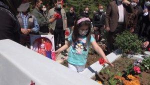 """6 yaşındaki Eslem'den şehit babasına karanfil: """"Bu çiçekleri senin için diktim"""""""