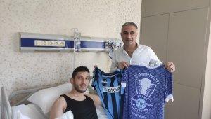 Adana Demirspor kulübü yöneticisi, şampiyonluk kutlamasında yaralanan taraftarları ziyaret etti
