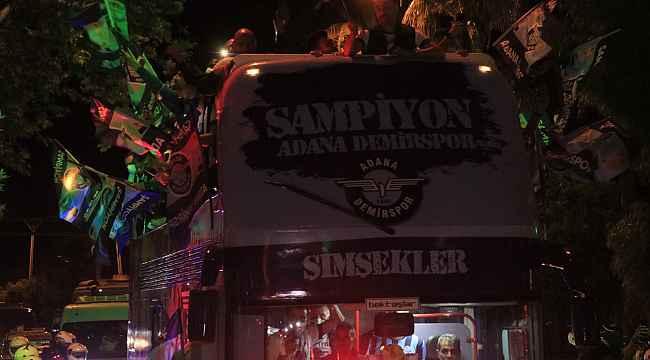 Adana Demirspor, üstü açık otobüsle kentte şampiyonluk turu attı