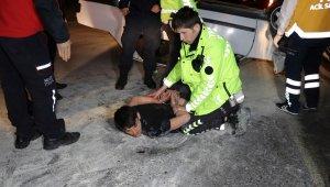 Alkollü sürücü takla atan aracından kendisini kurtaran ekiplere saldırdı