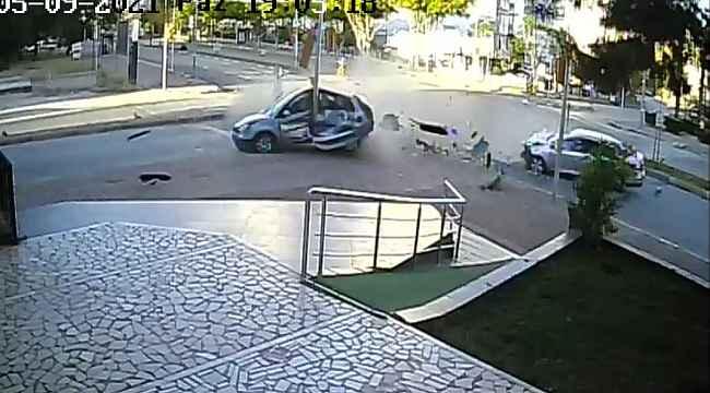 Antalya'da iki otomobil birbirine girdi: 4 yaralı