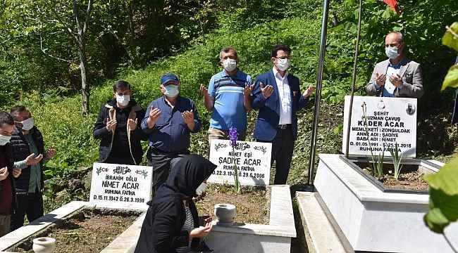 Arefe günü şehit mezarını ziyaret ettiler