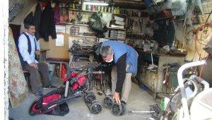 Bozulan bebek arabalarını onararak iki aileyi geçindiriyorlar