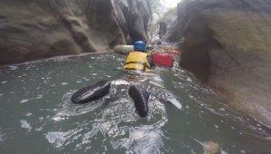 Dünyanın en derin ikinci kanyonunu yüzerek geçtiler