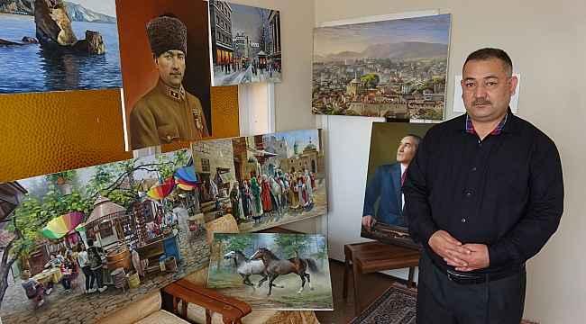 Evin bir odasında yaptığı tabloları sosyal medya üzerinden satıyor
